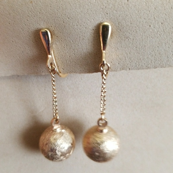 a7f19b1b3 TRIFARI dangle GOLD Balls clip-on earrings Vintage.  M_5aa83abd8290af4a4347f5f5